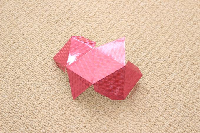 八面体モビールにホログラム折り紙を貼ったところ