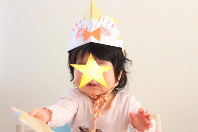 折り紙のかぶとをかぶった赤ちゃん