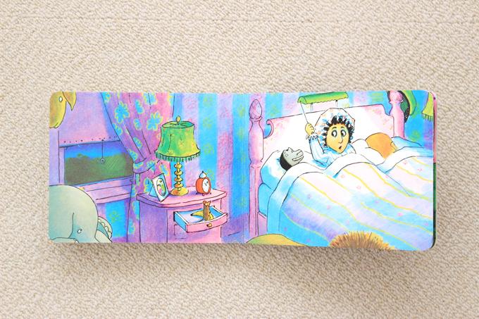絵本good-night- gorillaでゴリラが寝室にいるところ