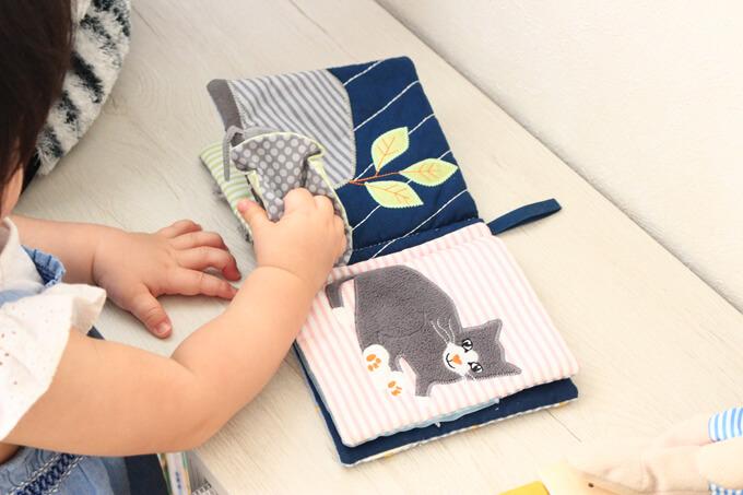 IKEAイケアの布絵本で遊ぶ赤ちゃん
