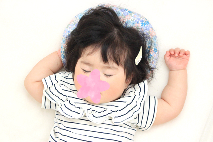ドーナツまくらで寝る赤ちゃん