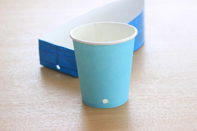 牛乳パックと紙コップに穴を開けたところ