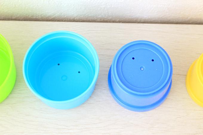 コンビ(Combi)のコップがさねは底に穴が開いている