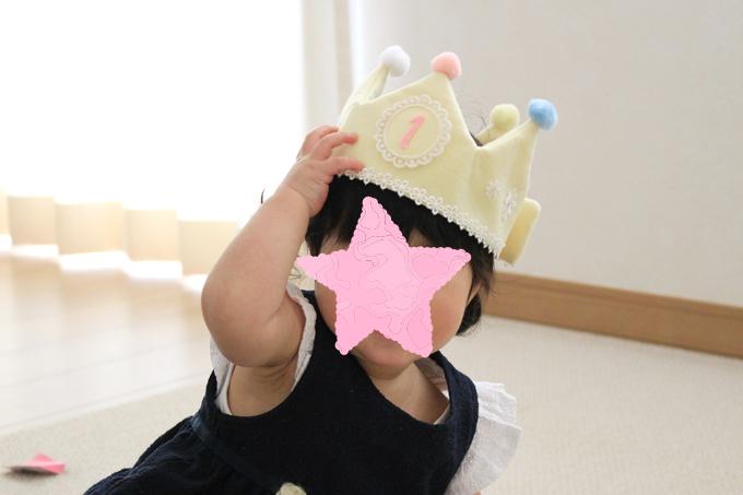フェルトの王冠を被った娘
