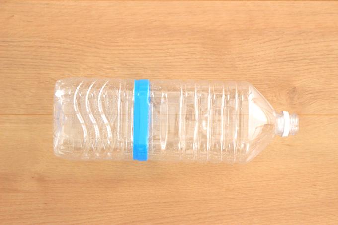 ペットボトルにビニールテープを巻くと切る位置がわかりやすい