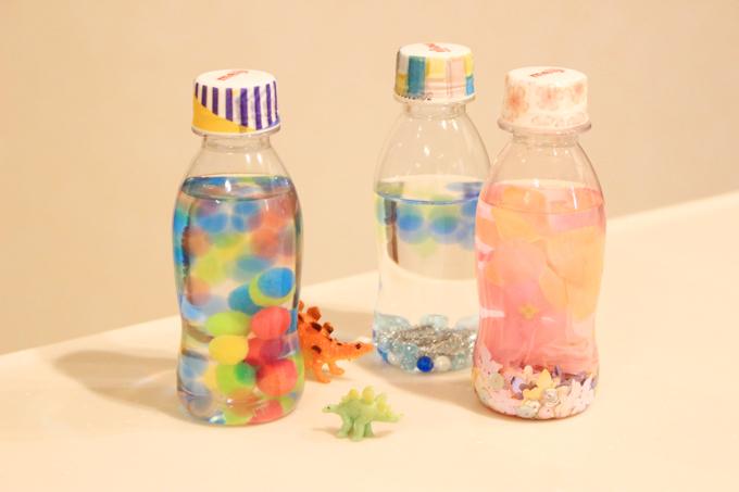 ペットボトルの水入りガラガラの作り方!五感を使って楽しもう。スノードーム風アレンジも紹介