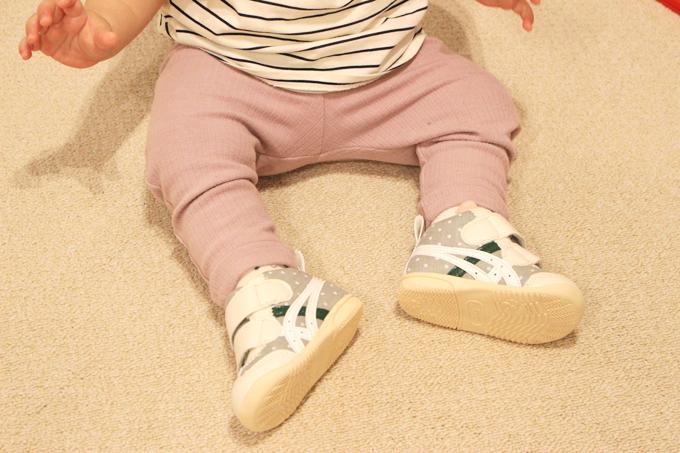 アシックスのスクスクファーストシューズを履いた赤ちゃん