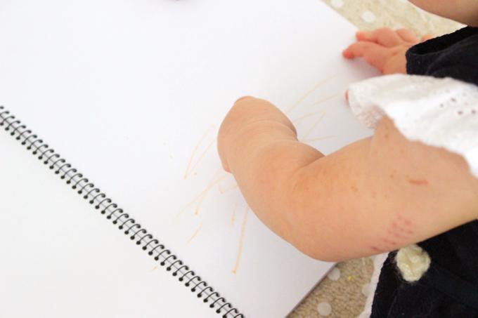 クレヨンでお絵描きする娘