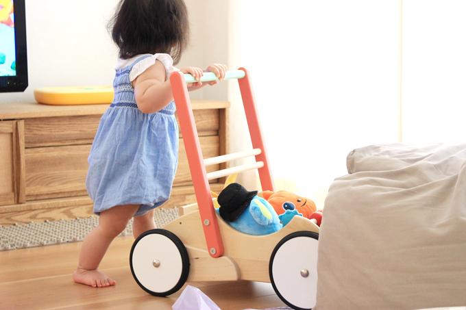 ボーネルンドの手押し車(バヨ)を押して遊ぶ赤ちゃん
