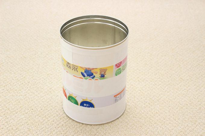 ミルク缶に両面テープを貼ったところ