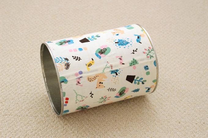 ミルク缶に布か紙を慎重に貼ったところ