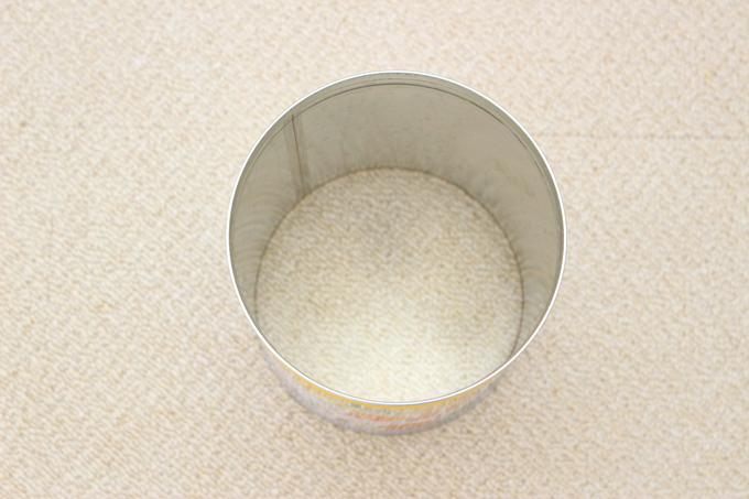 ミルク缶の上下を缶切りで切り取ったところ