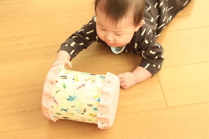 太鼓を追いかける赤ちゃん