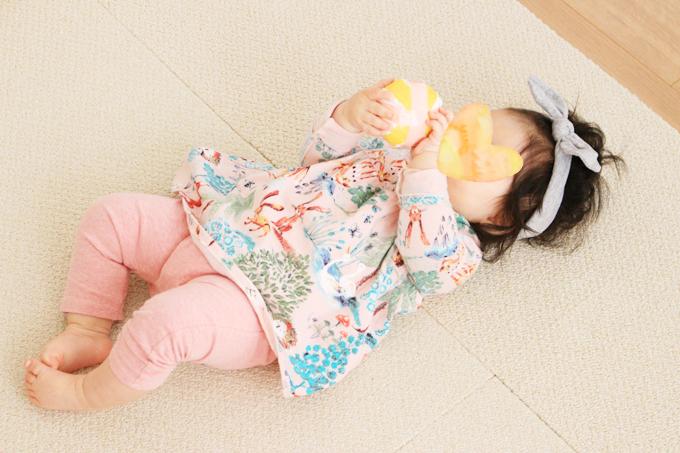 レジ袋のボールで遊ぶ赤ちゃん