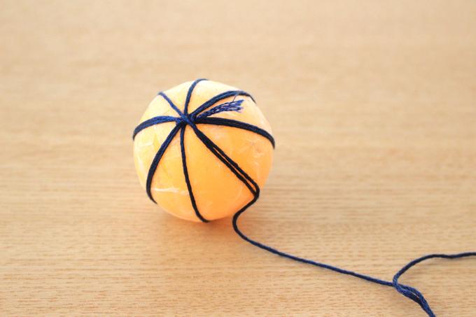 刺繍糸をピンポン玉に結んだところ