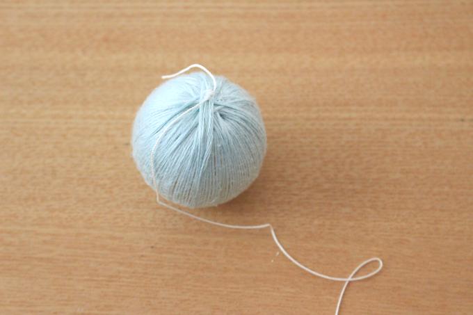 玉に吊り下げ用の糸を結んだところ