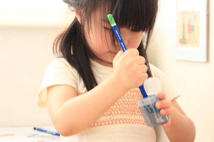 ひたすら鉛筆を削るのにハマっている2歳
