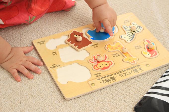 ピックアップパズルにしたダイソーの木製パズルで遊ぶ娘