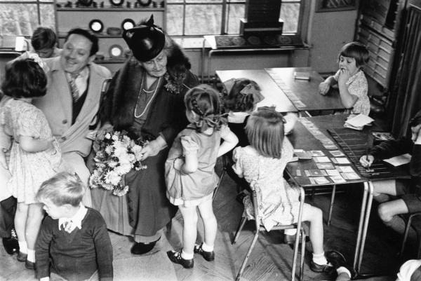 マリア・モンテッソーリとモンテッソーリ教育を受ける子供たち