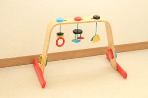 IKEAイケアの木製ベビージムがおすすめ。実際の写真や月齢別の遊び方まで詳しくご紹介
