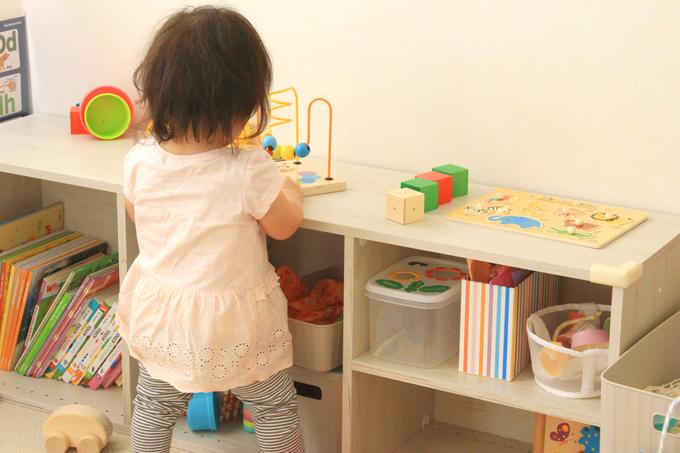 ニトリのカラボ収納をテーブルにして遊んでいるところ