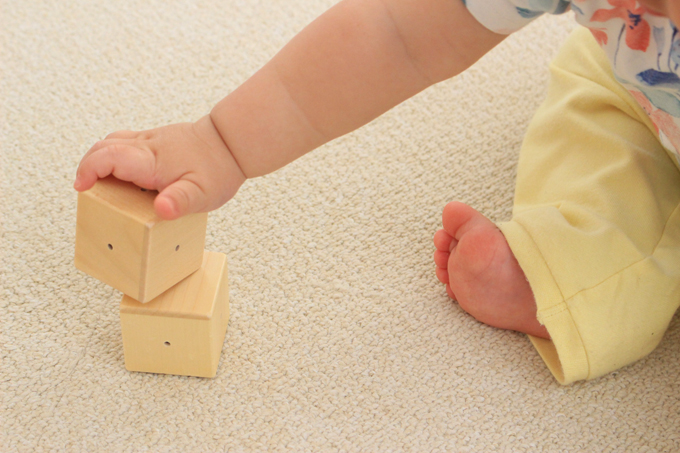 ベビーキューブは赤ちゃんが持ちやすいサイズ