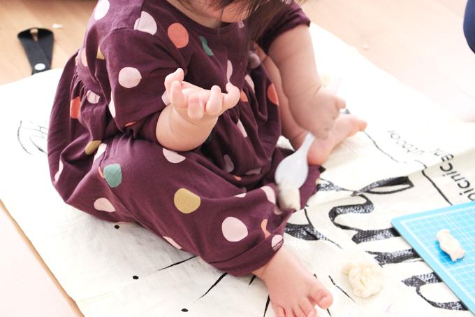 小麦粉粘土で遊ぶ1歳児