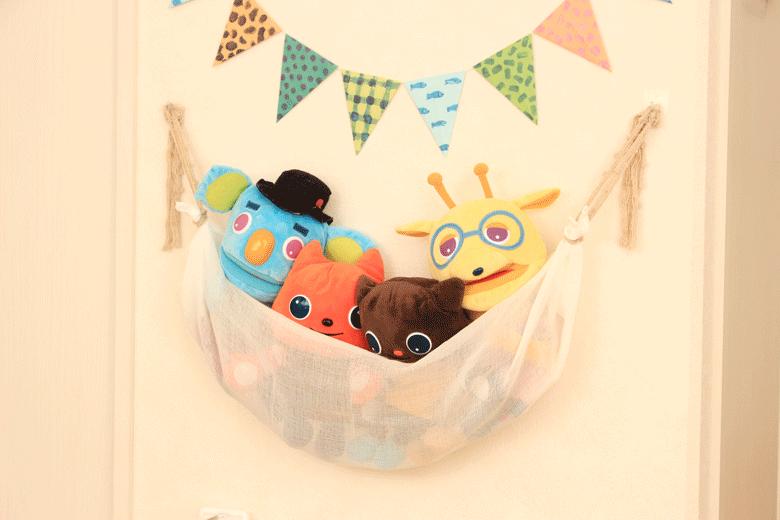 ダイソーの壁紙に貼れるフックが便利!貼ってはがせて布おもちゃの収納もラクラク
