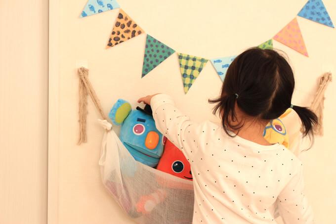 浮かせる収納でぬいぐるみや布おもちゃを効率よく収納できる