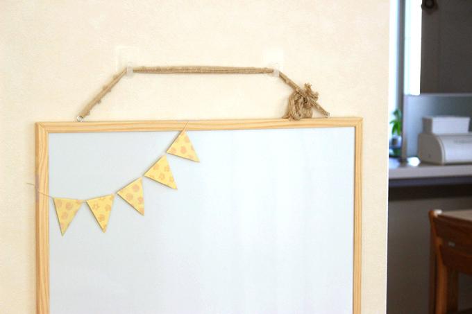 針穴をあけない!壁紙に貼れる壁紙用フックでニトリのホワイトボードを壁掛け