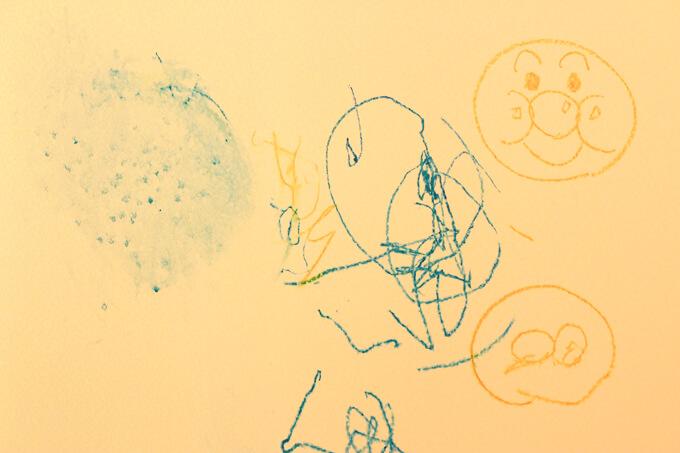 お風呂クレヨンで娘が描いたアンパンマン