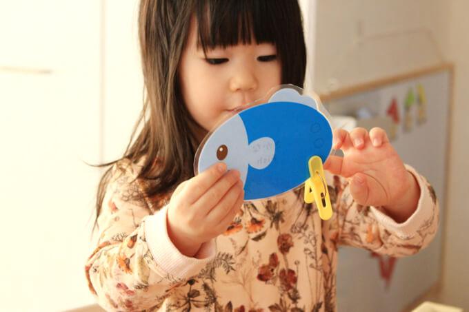 洗濯ばさみおもちゃで遊ぶ幼児