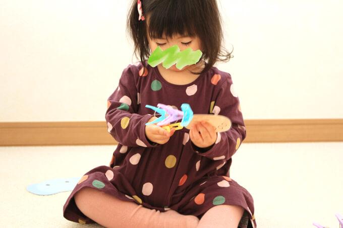 洗濯ばさみおもちゃで遊んだ1歳児の反応