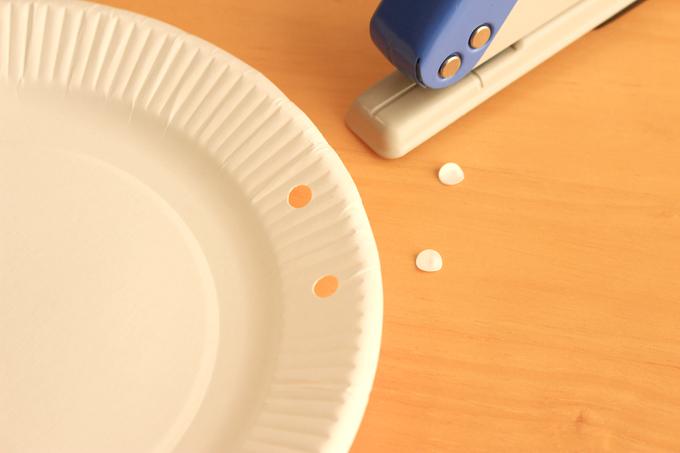 穴あけパンチで紙皿に穴をあける