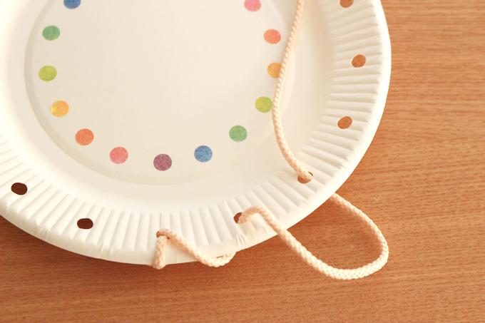 紙皿にひもを通して遊ぶ