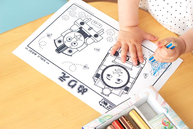 トーマスの塗り絵をする子ども