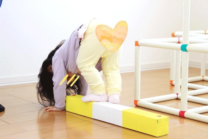 平均台の上でバランスを取る幼児