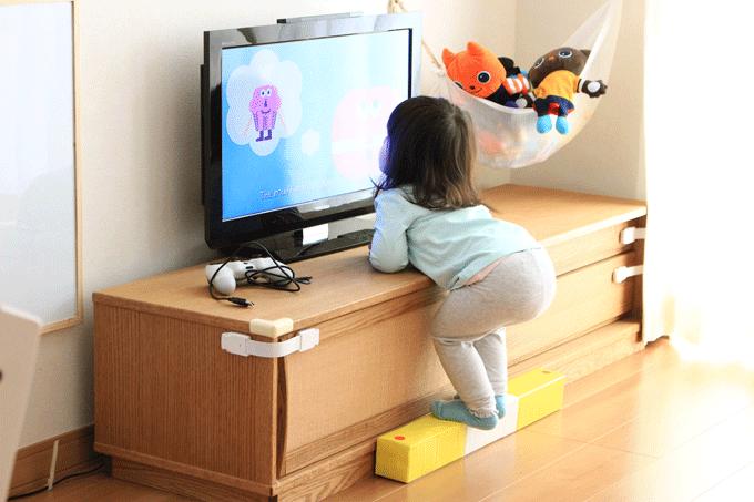 平均台を踏み台にする赤ちゃん
