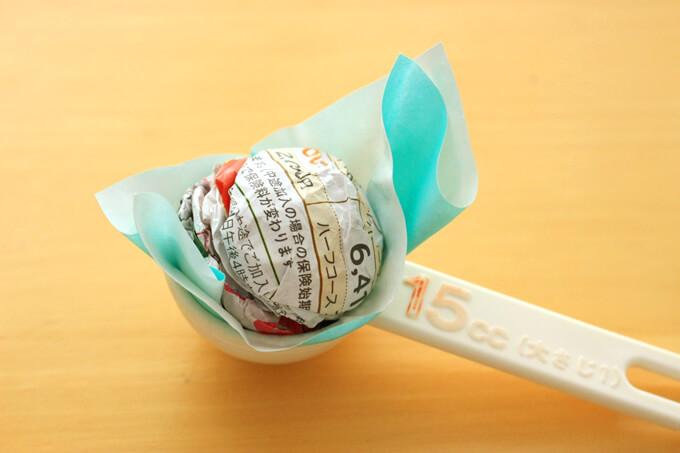 アイスを折り紙で包んでいるところ