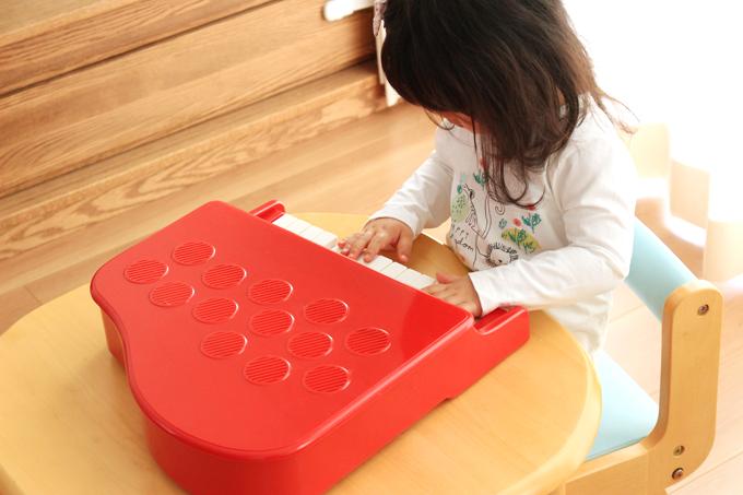 カワイのミニピアノを卓上で遊ぶ子供