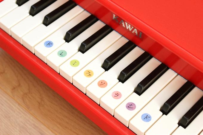 ドレミの音階をシールで貼った鍵盤