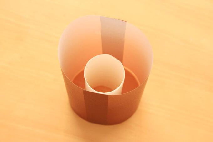 ラップの芯を折り紙の中に入れる