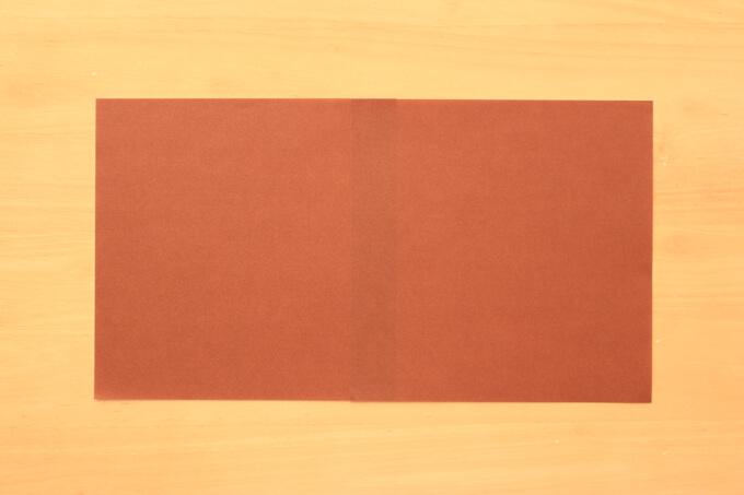 同じ色の折り紙を貼り合わせる