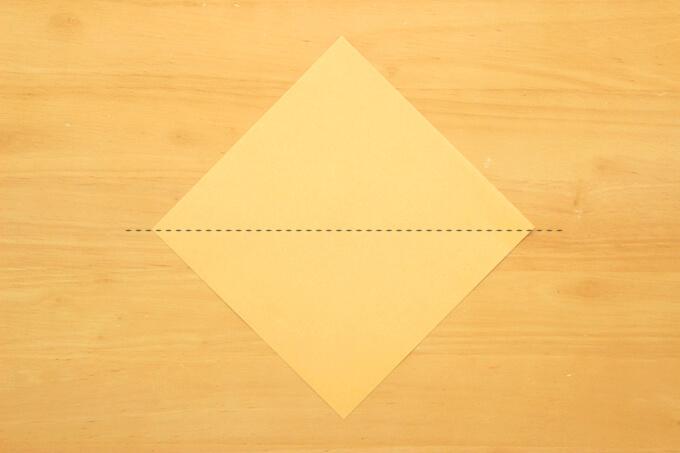 折り紙を半分に折って三角状にする