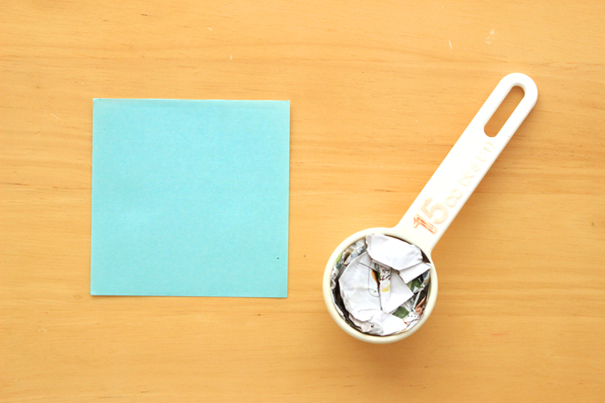 折り紙を4等分に切り、いらない紙を計量スプーンにつめたところ