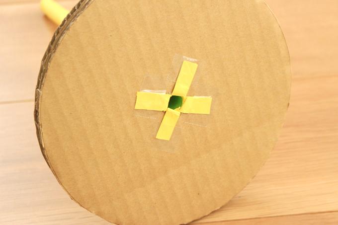 支柱をダンボールの穴に通しテープで接着したところ