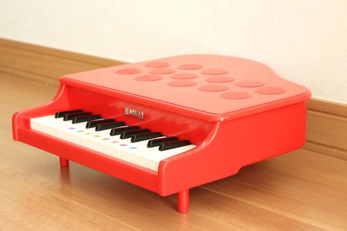 脚付きのピアノ