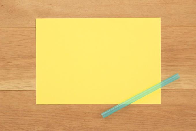 色画用紙の端から巻いていく