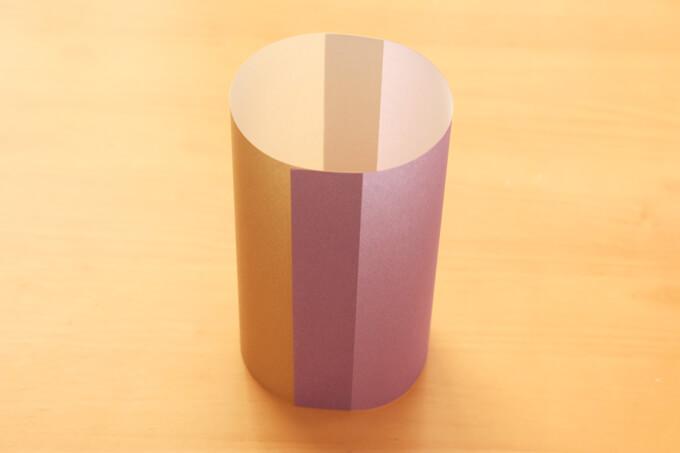 色違いの折り紙をわっかにしたらできあがり