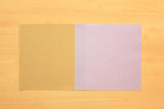 色違いの折り紙を貼り合わせる